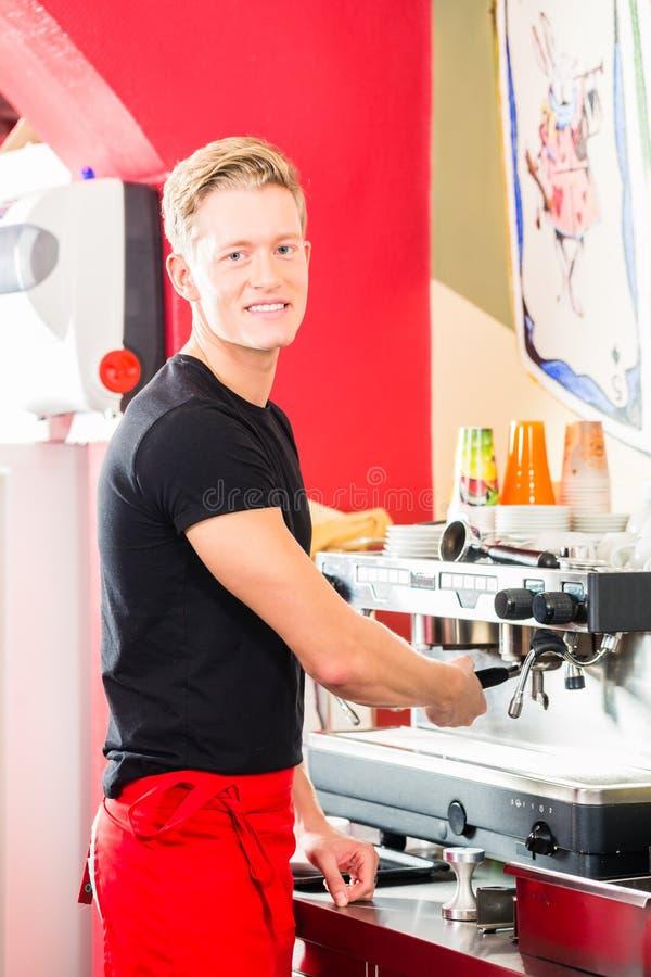 Barman préparant l'expresso au fabricant de café photos stock