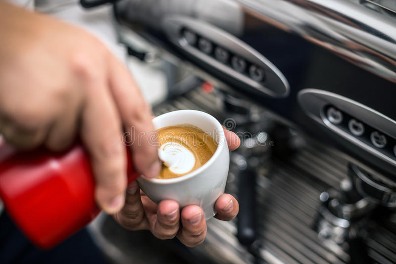 Barman préparant le cappuccino approprié photos libres de droits