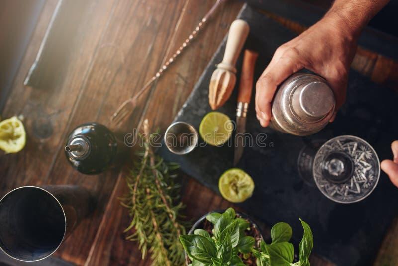 Barman préparant le cocktail dans le dispositif trembleur photos libres de droits
