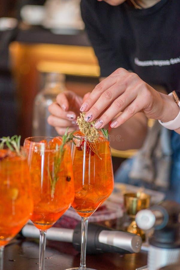 Barman préparant le cocktail images libres de droits