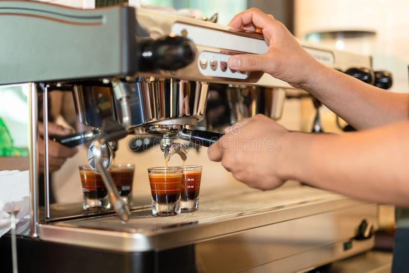 Barman préparant le tir d'expresso de café du café de brassage de machine photo stock