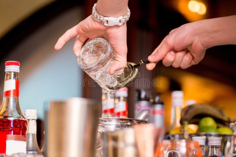 Barman pr?parant le cocktail photo libre de droits