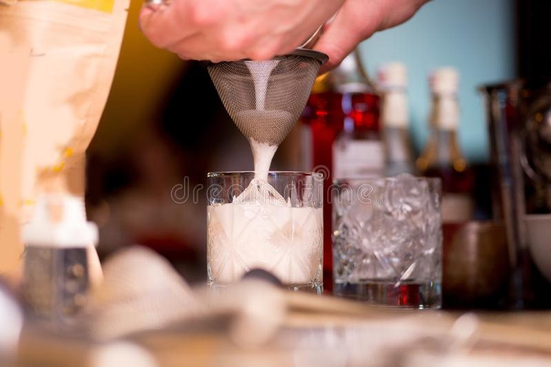 Barman pr?parant le cocktail images libres de droits