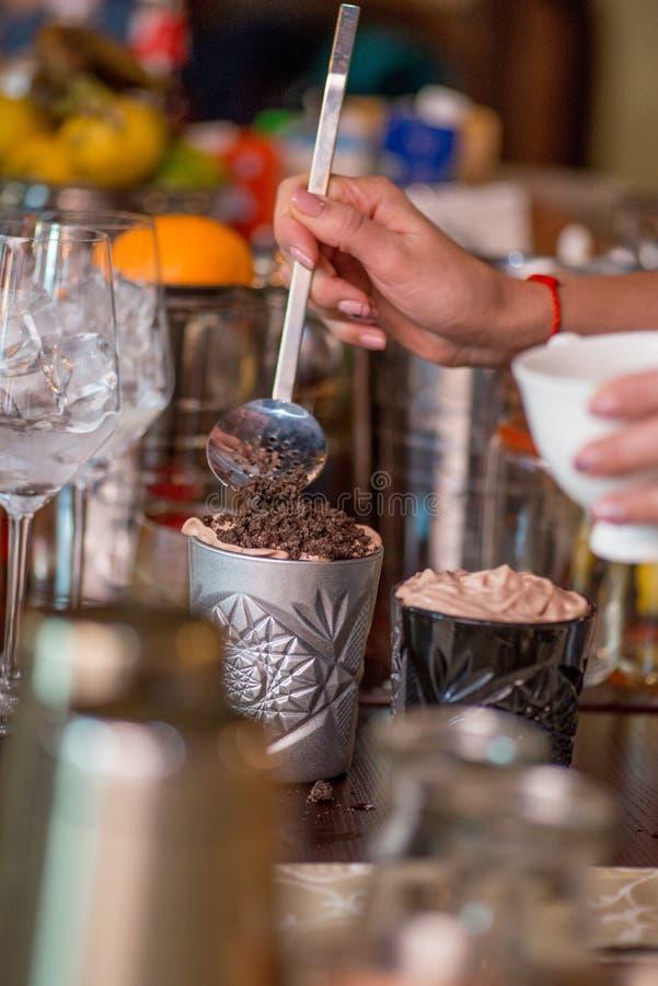Barman pr?parant le cocktail photos libres de droits