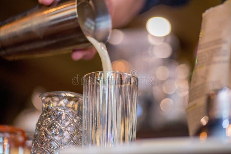 Barman pr?parant le cocktail images stock