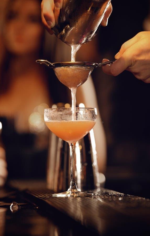 Barman z potrząsacza dolewania winem obraz royalty free