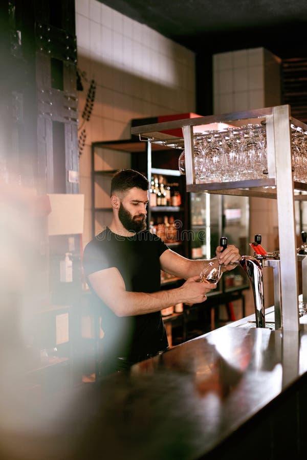 Barman Pracuje Przy Prętowym Karczemnym dolewania piwem W szkle zdjęcie royalty free