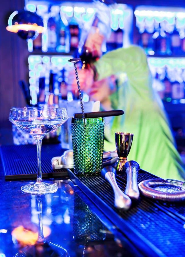 Barman professionele het maken cocktail stock foto