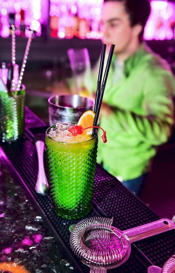 Barman professionele het maken cocktail royalty-vrije stock afbeelding