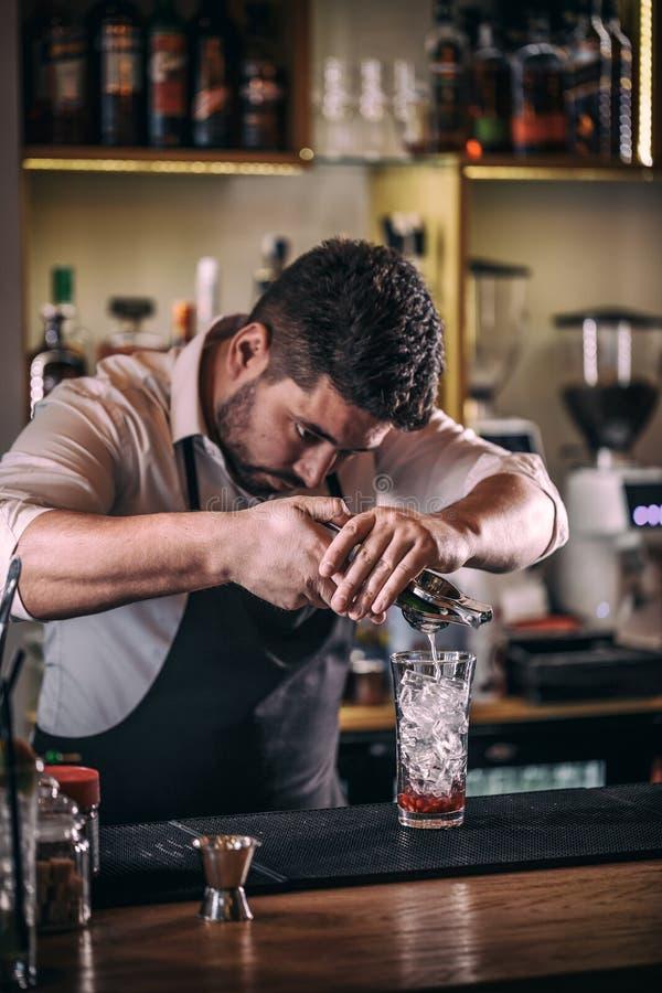 Barman professionnel faisant le cocktail photos libres de droits