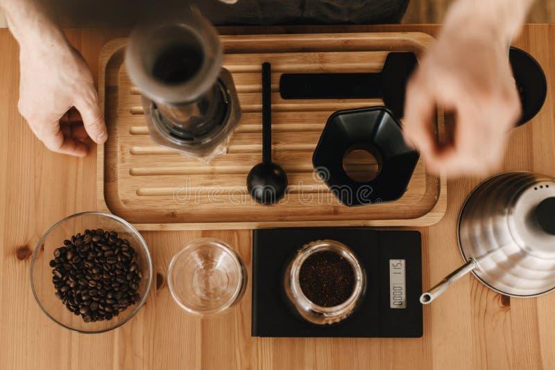 Barman professionnel préparant des aeropress approche alternative, procédé de café de brassage Configuration plate des mains, aer photos stock