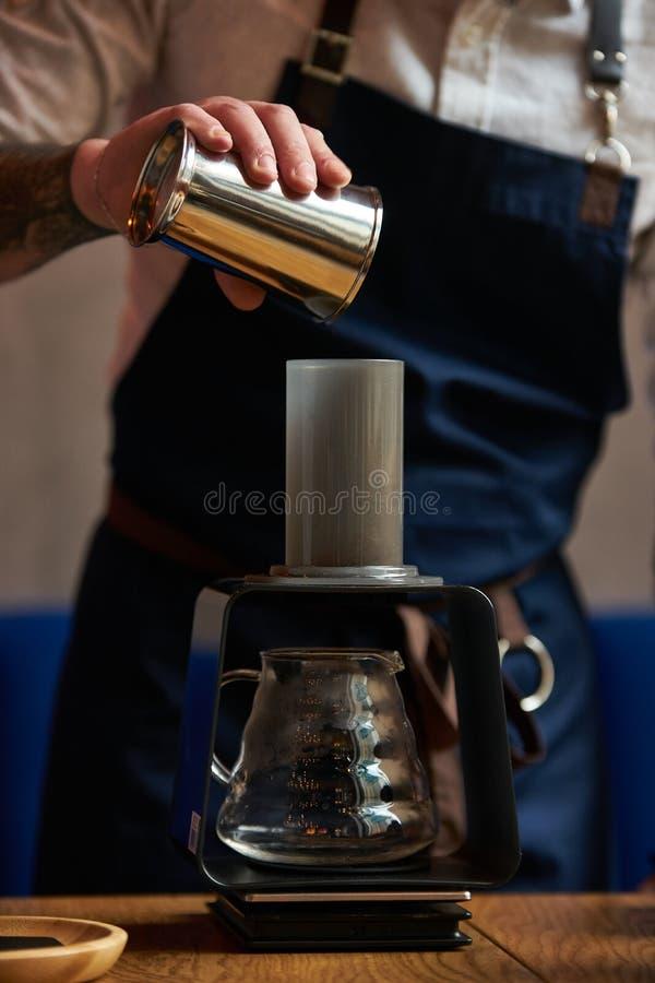 Barman professionnel préparant l'approche alternative de café image stock