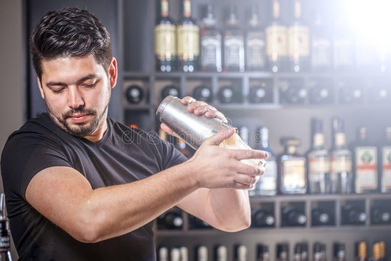 Barman przy pracą zdjęcie royalty free