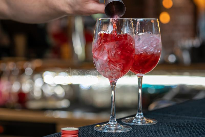Barman que faz o coctail de relaxamento em um fundo da barra foto de stock royalty free