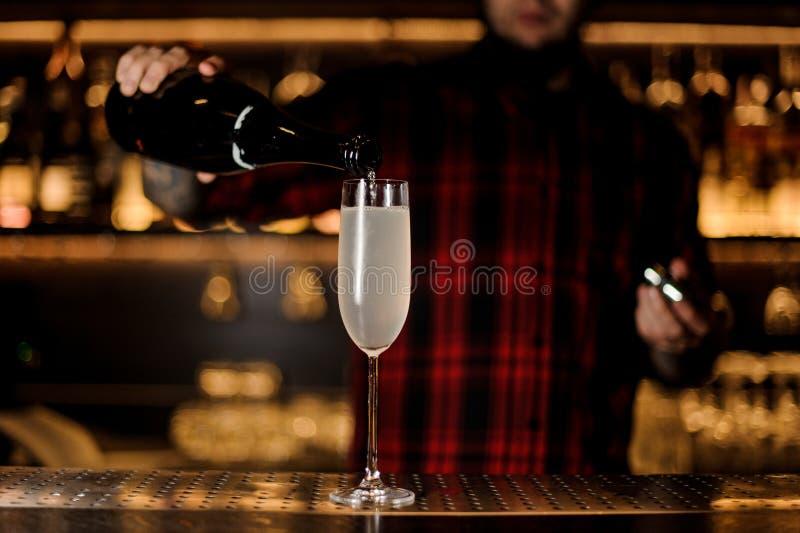 Barman que faz um cocktail 75 francês fresco e saboroso imagens de stock royalty free