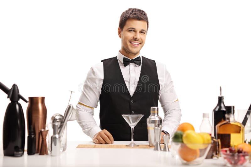 Barman que olha a câmera e o sorriso foto de stock royalty free