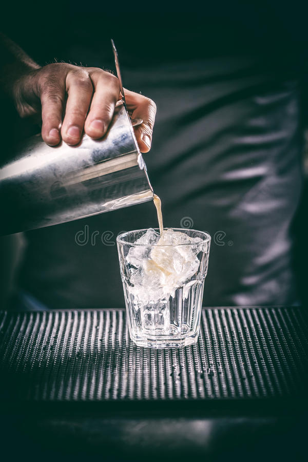Barman ręka z potrząśnięciem zdjęcia royalty free