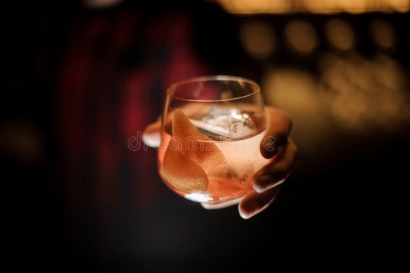 Barman ręki mienia whisky dof szkło świeży kapitanu James Cook koktajl fotografia stock