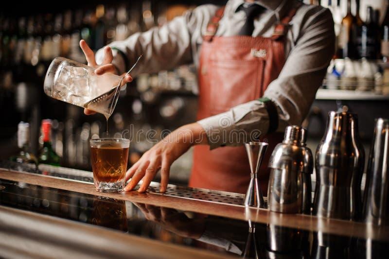 Barman robi alkoholu koktajlowi Żadna twarz zdjęcie stock
