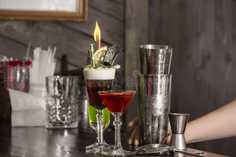Barman robi alkoholu koktajlowi w restauraci obraz royalty free