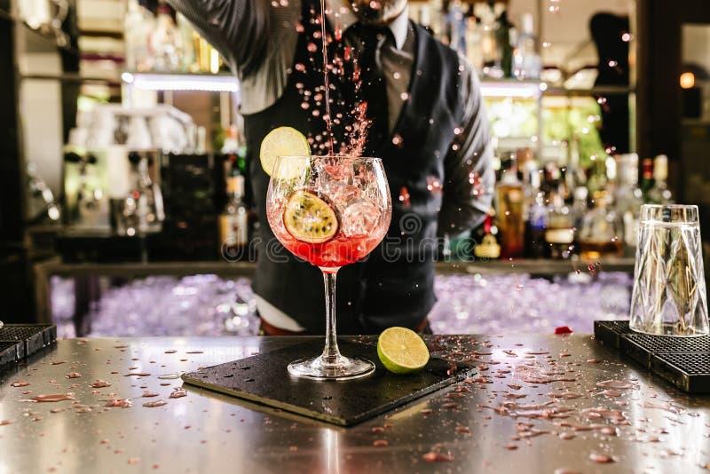 Barman robi koktajlowi przy noc klubem zdjęcie stock
