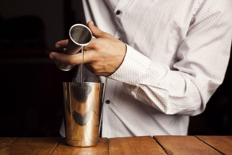 Barman robi wyśmienicie koktajlowi Zamyka w g?r? strza?u zdjęcie stock