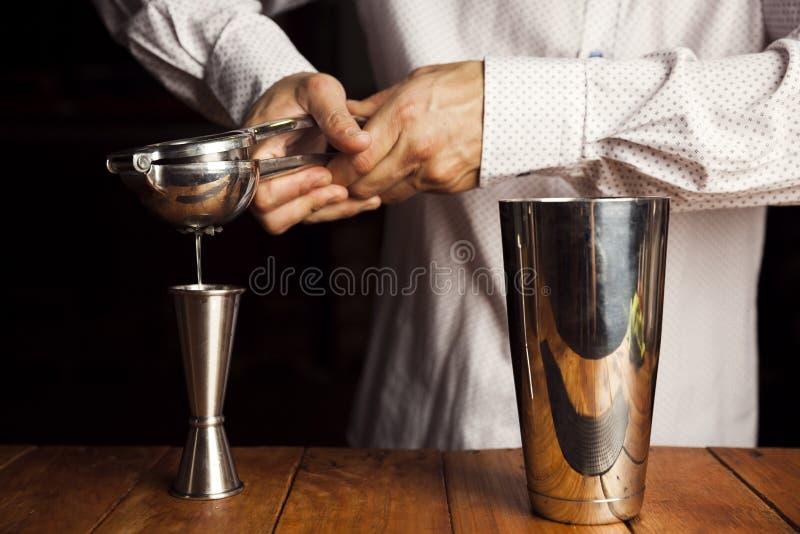 Barman robi wyśmienicie koktajlowi Zamyka w g?r? strza?u obrazy royalty free
