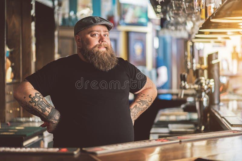Barman tatoué travaillant dans le bar image libre de droits