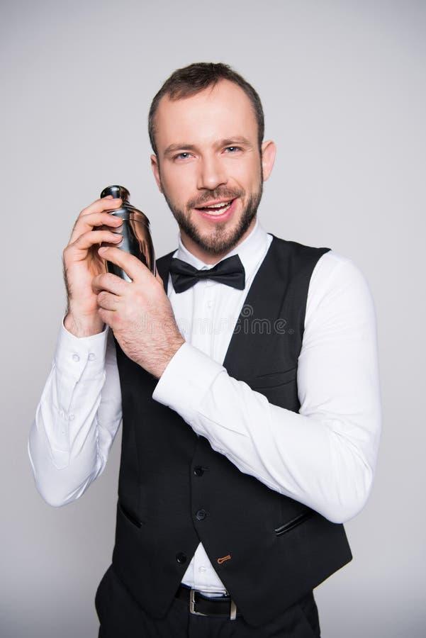 Barman tenant le dispositif trembleur de cocktail photographie stock