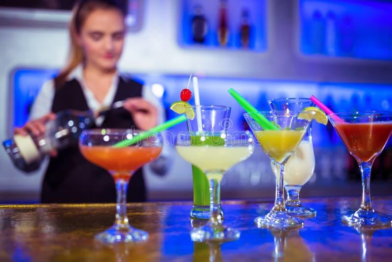 Barman travaillant avec des verres de cocktail sur le compteur photo libre de droits