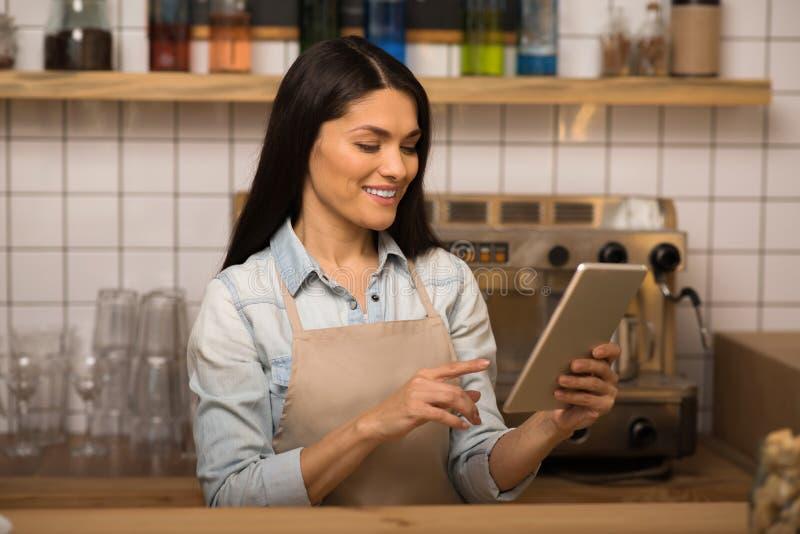 Barman utilisant le comprimé numérique image stock