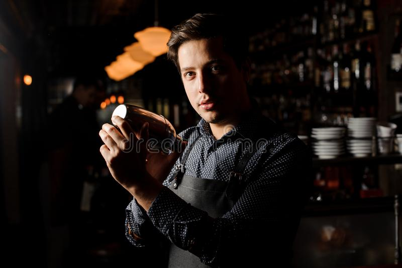 Barman w prętowym wewnętrznym chwianiu i mieszać alkoholu koktajl fotografia royalty free