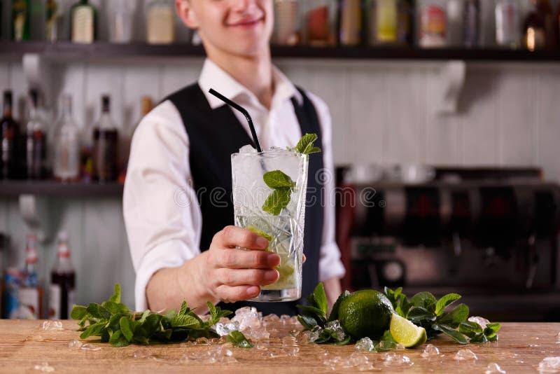 Barman z świeżym mojito zdjęcia stock