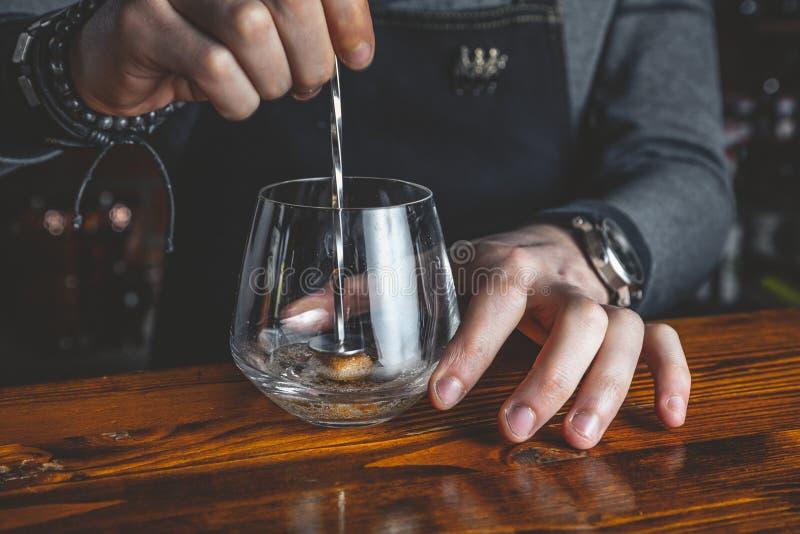 Barman z koktajlem zdjęcie royalty free