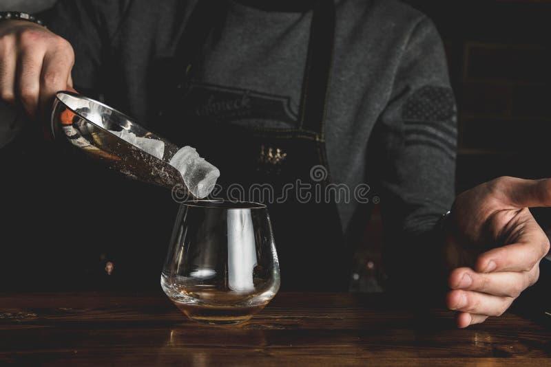 Barman z koktajlem zdjęcia royalty free