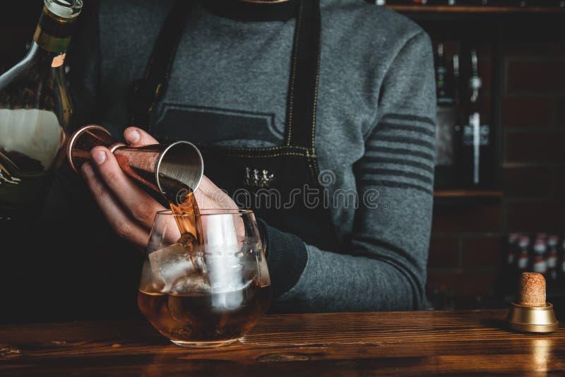 Barman z koktajlem zdjęcia stock