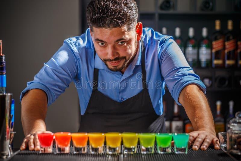 Barman z tęczy cocktai obraz royalty free