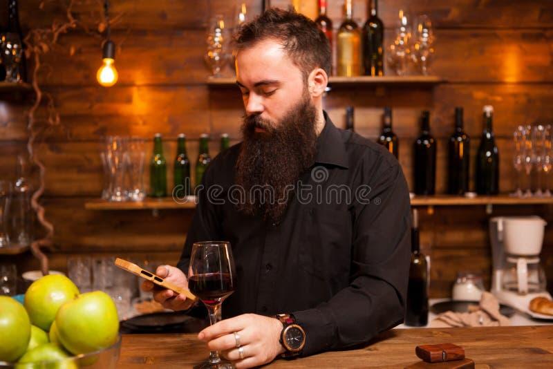 Barman za kontuarem cieszy się szkło wino zdjęcie royalty free