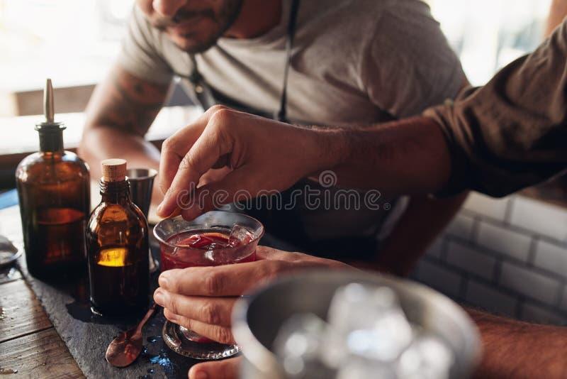 Barmannen die met het creëren van cocktail experimenteren die ideeën mengen royalty-vrije stock afbeelding