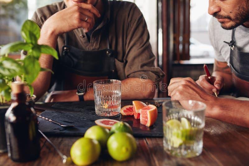 Barmannen die met het creëren van nieuwe cocktails experimenteren royalty-vrije stock fotografie
