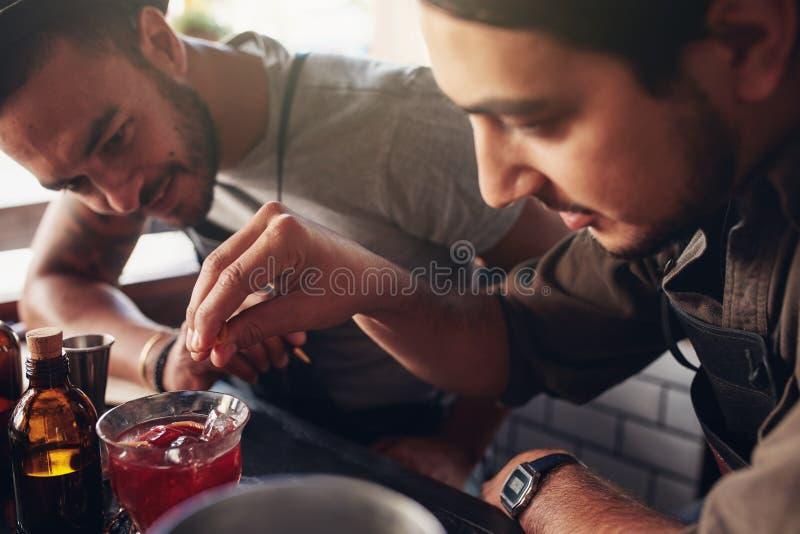 Barmans créant de nouveaux cocktails photo stock