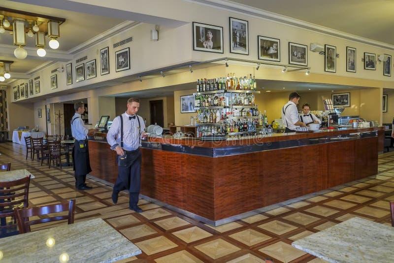 Barmans dans une barre à Prague photos libres de droits