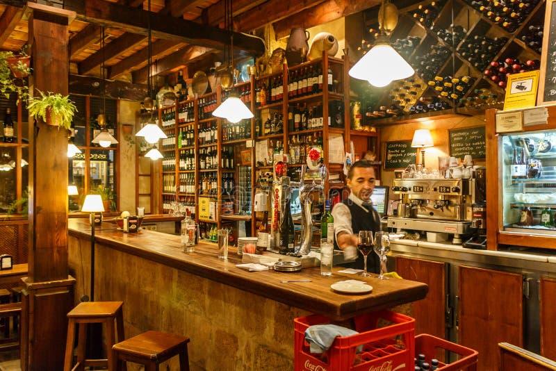 Barmans travaillant dans une barre image stock