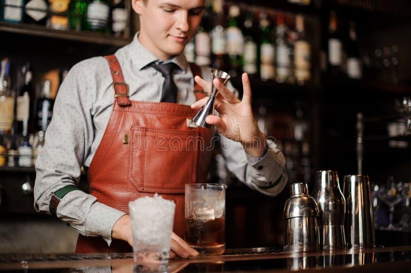 Barmanu dolewania koktajl w szkle zdjęcia stock
