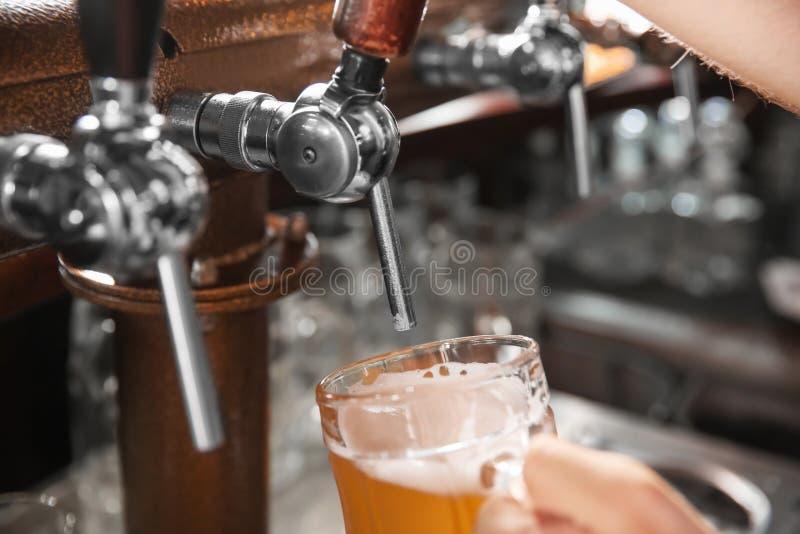 Barmanu dolewania piwo od klepnięcia w szkło, zbliżenie zdjęcie royalty free