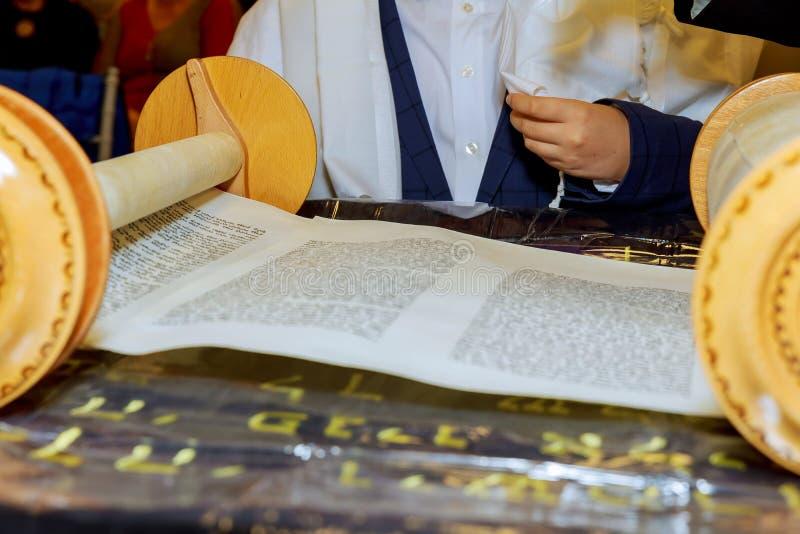 Barmitzvah som läser Torah, bläddrar den heliga staden av Jerusalem på ferie royaltyfri foto