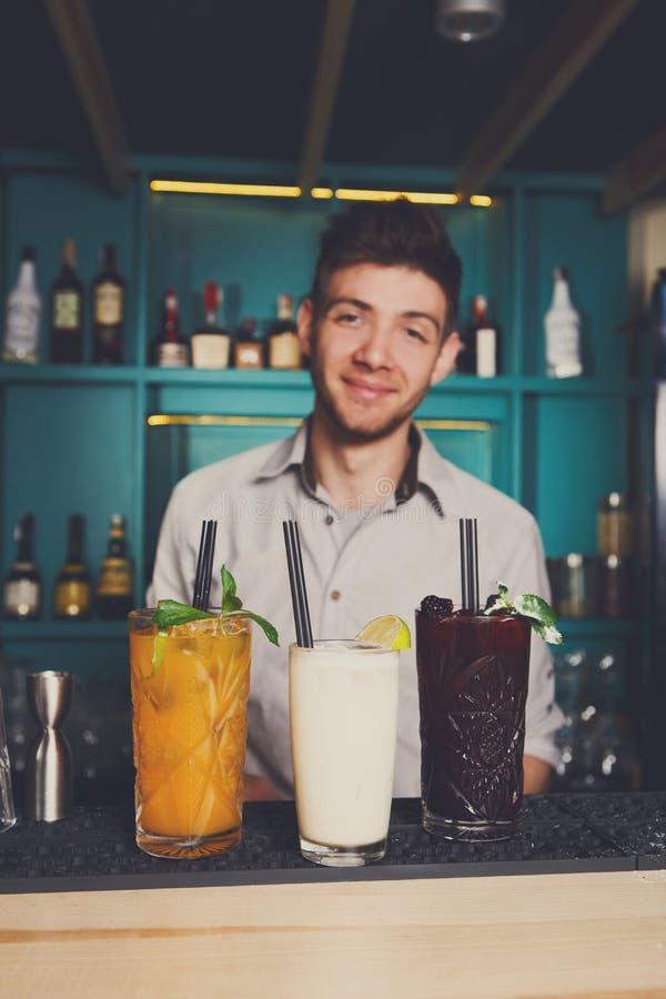 Barmixer bietet alkoholische Cocktails in der Bar an lizenzfreie stockfotos