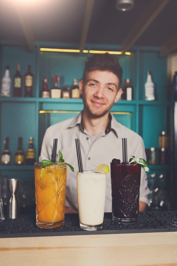 Barmixer bietet alkoholische Cocktails in der Bar an stockfoto
