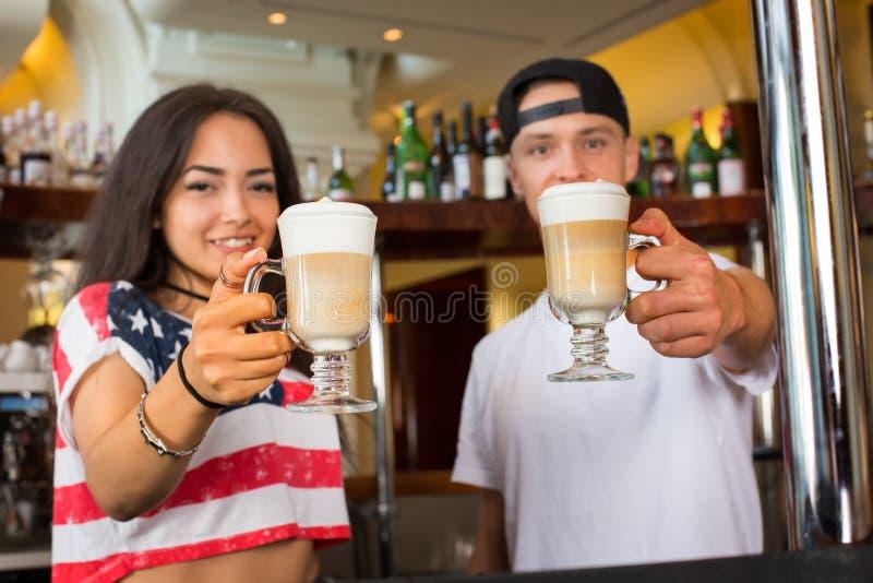 Barmixer, die Kaffeecappuccino anbieten stockbild