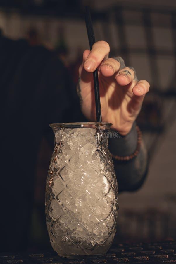 Barmixer macht Cocktail auf Partei stockfoto